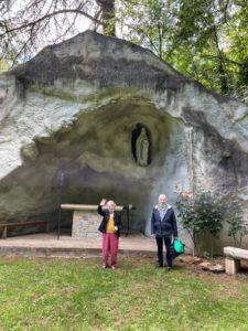 Devant la grotte 2