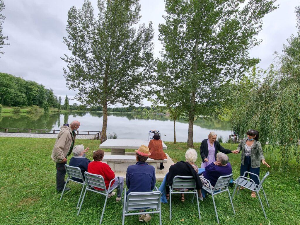 Groupe devant lac