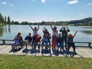 Groupe devant lac2